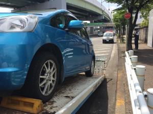 落下物が車の下に入り込む