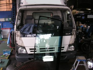 トラックのフロントガラス交換